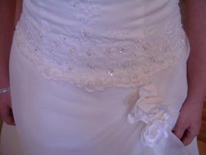 Takovýhle detail je na těch samých šatech na mě!