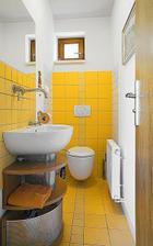 Moc hezky zařízené wc, to tmavé spárování tomu dodá šmrnc!