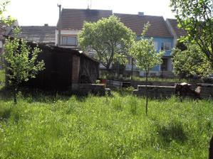 jednou snad místo té šopy a starých základů bude stát náš domeček :-)