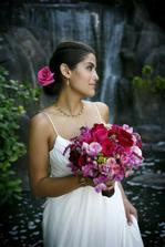 Kytici do tmavě růžova až fialova s trochou zelené a určitě květinu do vlasů...