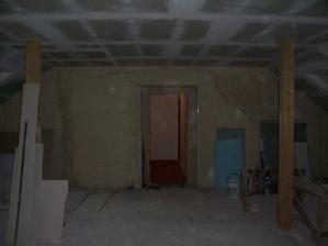 pohled ke vchodovým dveřím. nalevo od dveří vyroste koupelna.
