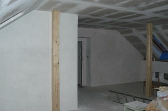 pohled z kuchyně ke vchodovým dveřím