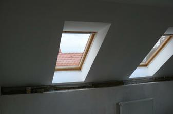 tyto střešní okna jsou situovaná na jihozápad, takže krásně prosvětlují celý prostor