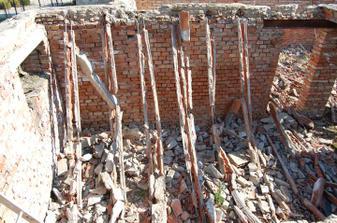 shozené miakové stropy .... za těch 20 let co začal původní majitel stavět už nebyly moc kvalitní :-)