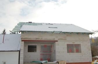 A střecha jde do finále, ještě chybí cca 200 křidlic (budou mezi svátkama), okapy a střešní okna (ty budou až z jara)