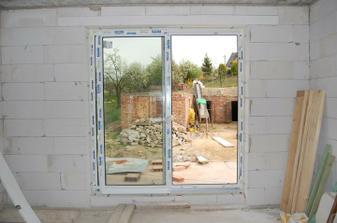 francouzské okno z obyvacího pokoje na terasu... bálli sme se že půjde těžko otevírat, ale jde to jedna báseň :-)