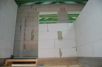 zeď místo zábradlí