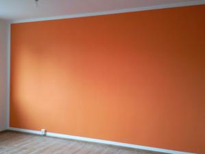 orange stena v obívačke oproti kamenu