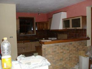 práve namontovaná kuchyňa, ešte špinavá, zaprášená...