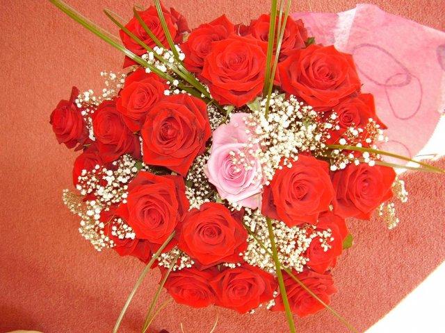 Aďka a Peťko :-) 2. august 2008 :-) - Moja kyticka k zasnubam a k narodeninam zaroven