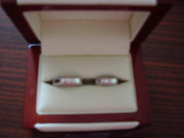 Aďka a Peťko :-) 2. august 2008 :-) - Nase obrucky, zla kvalita fotky, ale su krasne, Petko ma vygravirovane moje meno a ja zase jeho a tiez datum svadby