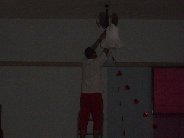 Čo sa nevošlo do svadobného albumu - kamoš Marek pri výzdobe sály