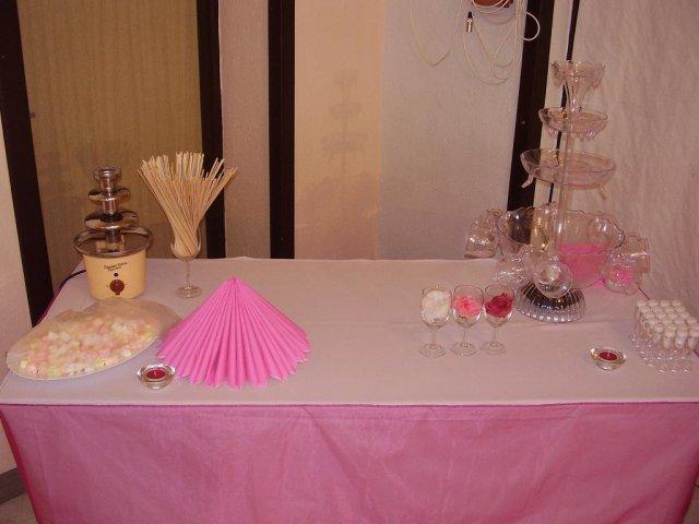 Čo sa nevošlo do svadobného albumu - stol s fontánkami, ešte bez ovocia, drinku a čokolády
