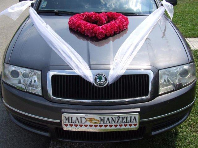 Čo sa nevošlo do svadobného albumu - predná časť auta