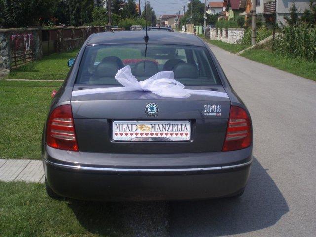 Čo sa nevošlo do svadobného albumu - zadná časť auta