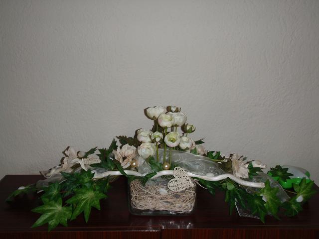 Čo sa nevošlo do svadobného albumu - ikebana z hlavného stola, bol to darček od mamky, ikebanu robila Vierka, ako vždy super.