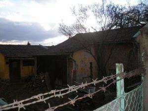 Pohled na kolnu - v té době jsme ještě domeček nevlastnili, nyní je kolem domečku uklizeno :-)