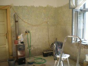 Původní kuchyně, po odstranění podlah ( vrstvy lina a novin - nejstarší byly z roku 1936 ). Mysleli jsme, že bychom původní dřevěnou podlahu zachovali, ale nakonec jsme se rozhodli pro renovaci betonů..