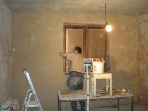 Moje zlatíčko již štukujě zeď kolem okna, podlahy budeme teprve trhat