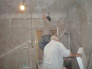 Taťka a miláček dokončují zateplování stropu