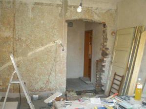 Pohled z ložnice na chodbu - vypadá to děsivě, ale za pár měsíců to bude jiná :-)))