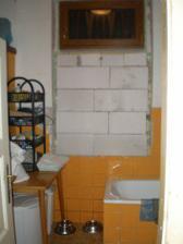 Aktuální stav naší koupelny..zde bude zrcadlo+umyvadlo+skříňka