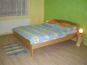 Včera ( 18.4.2008 ) jsme přestěhovali ložnici, už máme hotový obývák, kuchyň a ložnici:-). Protože jsem bydleli v garsonce, tak nemáme ani noční stolky, tak zatím máme jen provizorní židličky.