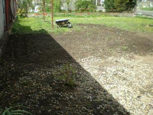 1.5.2008 jsme také srovnali zahradu, při pohledu na fotku - vzdálenější tyčka od sušáku - až tam sahal bordel, ketrý zde byl, když jsme barák koupili, nyní je to vše již minulostí naštěstí. Toto je stav naší zahrady na delší dobu, než se bude dělat n
