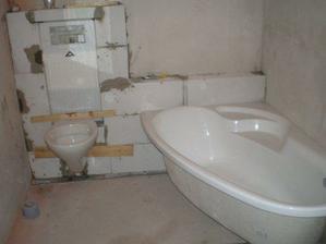 30.7.2008 jsme namontovali WC, prkénka nahrazují zatím chybějící lepidlo a obklad, vyzkoušeli jsme také vanu - jak to bude vypadat:-). Po včerejšku, když jsme už nemuseli běhat pro vodu s kýblem ke studni, vím, že splachovací WC je další velký zázrak