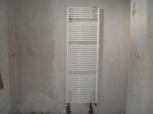 Dnes 11.8.08 máme hotové topení v koupelně. Dnes budeme dělat izolace, zítr beton. Pak ho necháme proschnout a můžeme obkládat :-).
