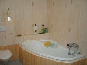 23.8.08 už máme obloženou koupelnu..a vesele se koupeme. Chybí ještě podlaha a vše zaspárovat, zaspárováno je jen kousek kolem vany...