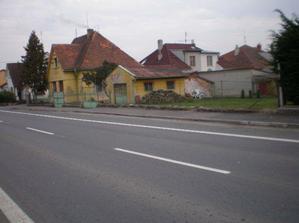 Pohled na dům ze silnice, potřebujem ještě hodně penízků - střecha, fasáda, podkroví, plot...atd :-((.