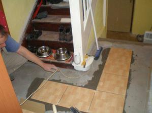 26.10.2008 začíná miláček pokládat dlažbu v chodbě.