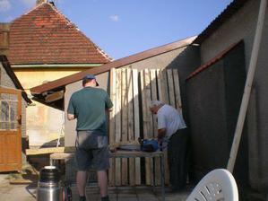 Příprava trámů na pergolu 4/2009.