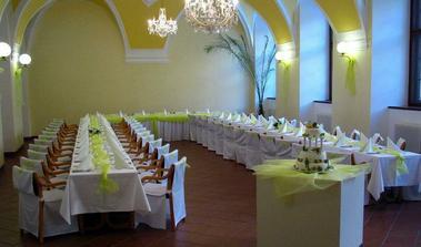 sal na svatebni hostinu, my budeme mit stul jeden do Icka :)