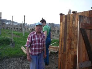 hlavny architeket zahradneho domceka a kadibudky...manzelov dedo 87 rokov  :D