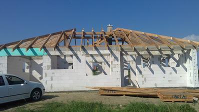 20.6.2013 štvrtok hotový krov  a komin
