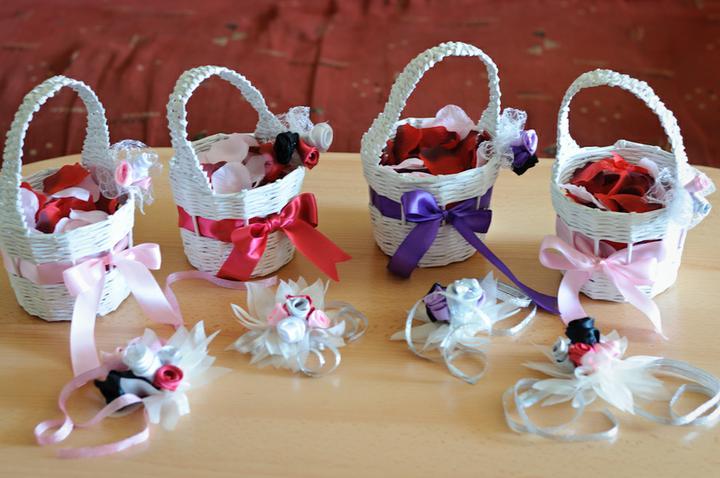 Svadobné dekorácie - Košíčka pre družičky, ladené podľa farby šiat družičiek