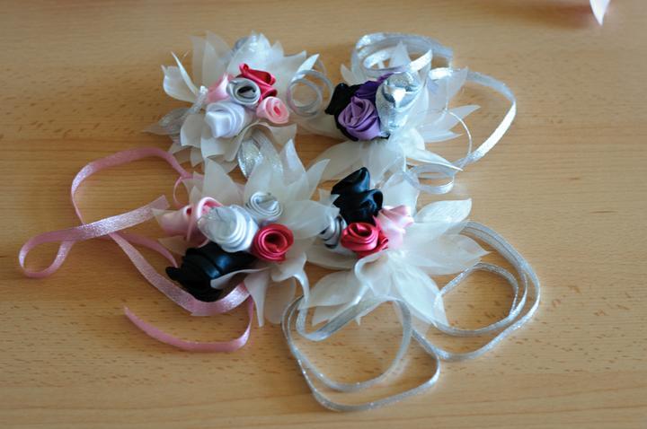 Svadobné dekorácie - Kytičky na ruky pre družičky