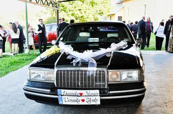 Auto mladomanželov