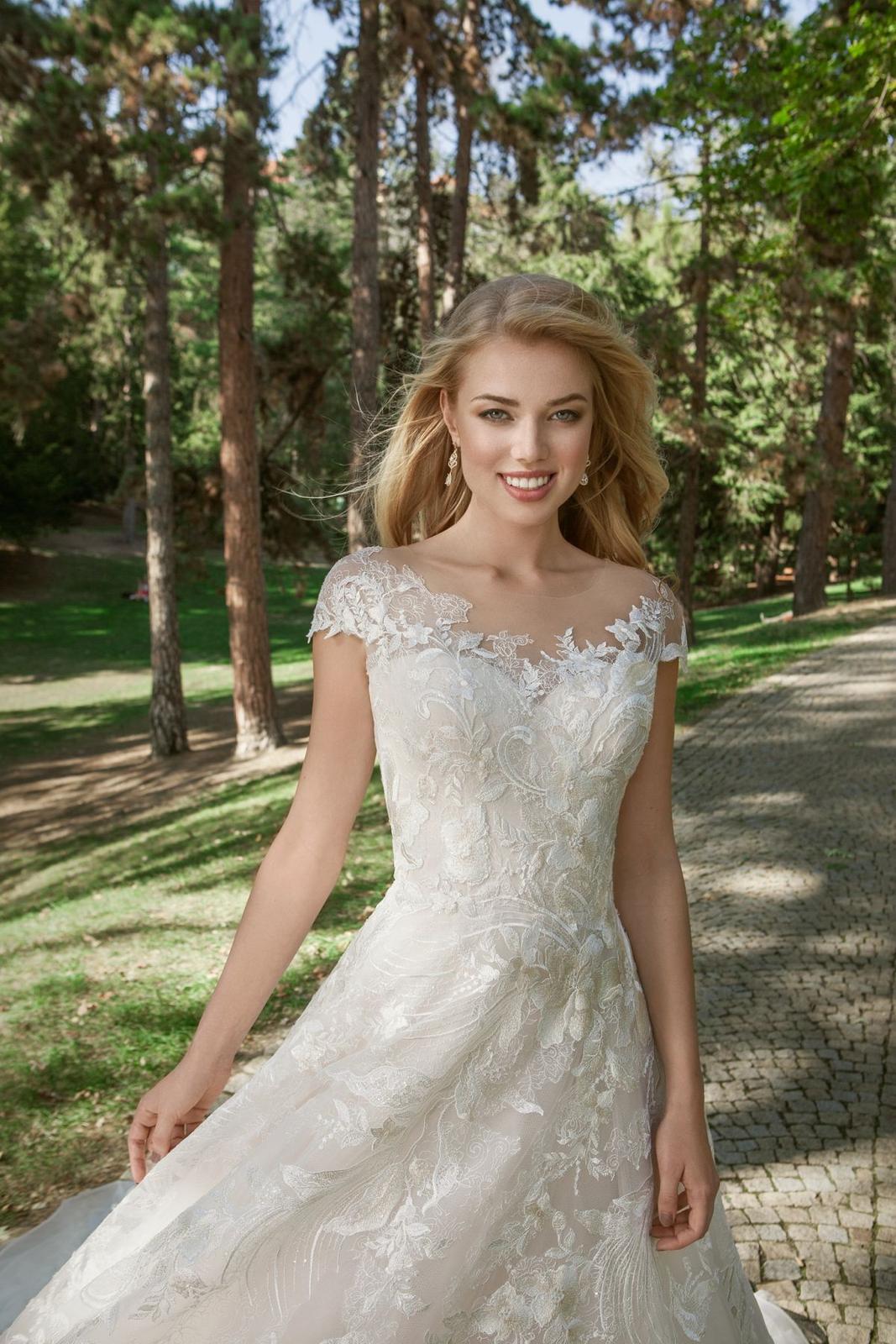 Eva Grandes princeznovské svatební šaty - Samanta z blízka svatebni šaty