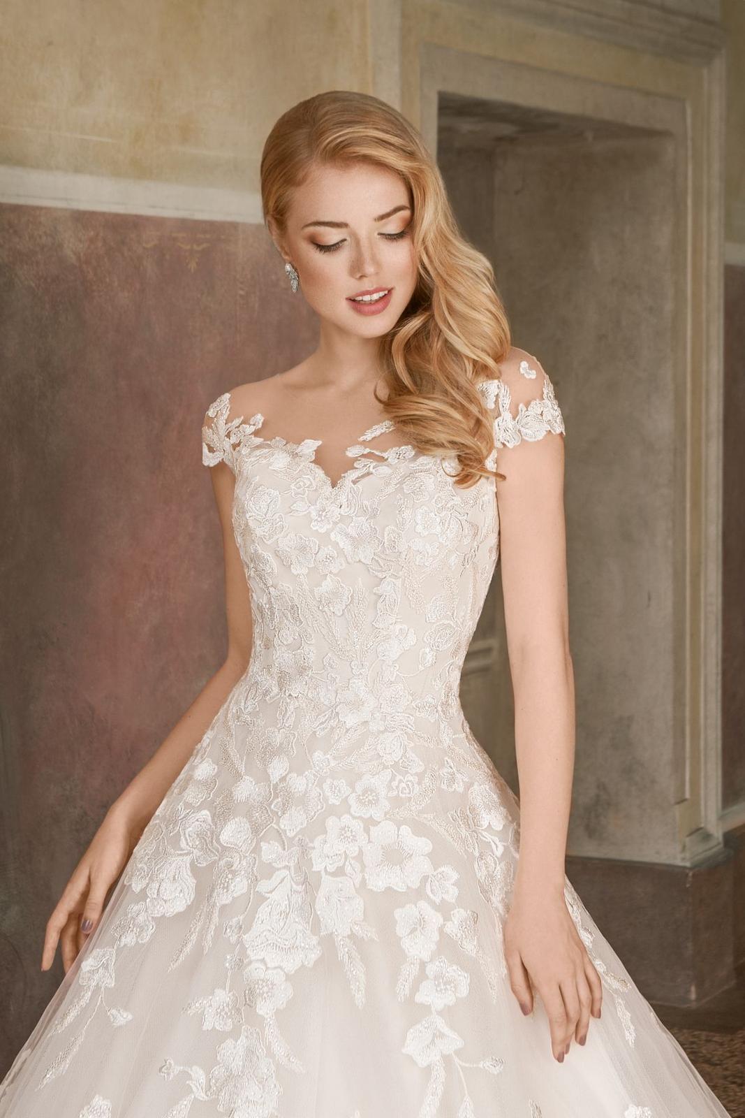 Eva Grandes princeznovské svatební šaty - Daisy z blízka svatebni šaty