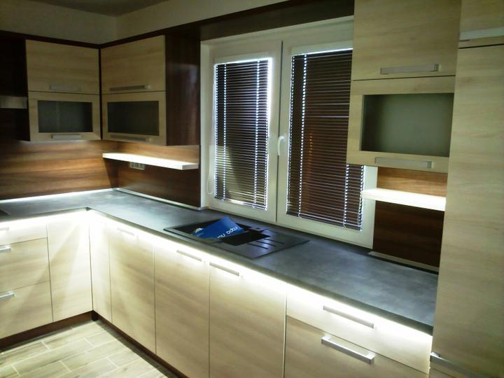 Kuchyňské linky....realizace - Led podsvícení linky pod deskou a horními skřínkami.