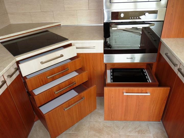 Kuchyňské linky....realizace - Vpravo dvojitý skrytý šuplík na plechy