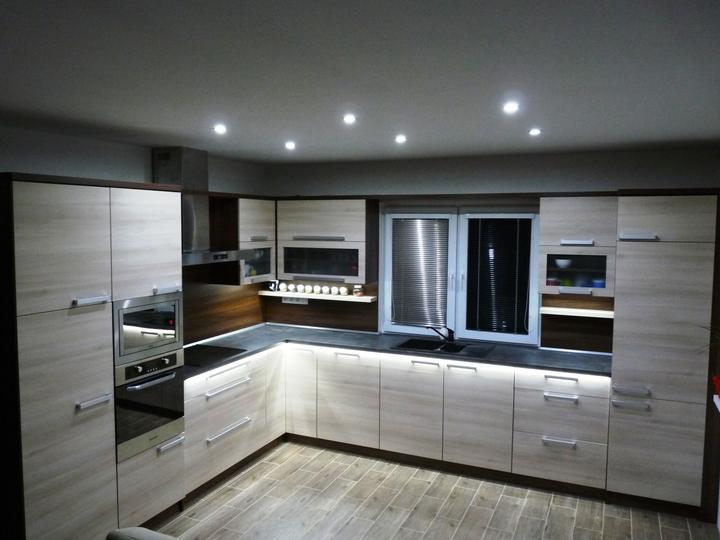 Kuchyňské linky....realizace - Dekor:pracovní deska beton tmavý EGGER,dvířka akazie skořice,korpusy+zadní deska ořech aida EGGER