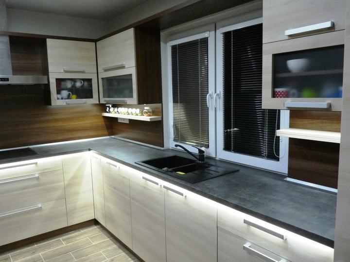 Kuchyňské linky....realizace - LED podsvícení,studená bílá pod pracovní deskou a horníma skřínkama