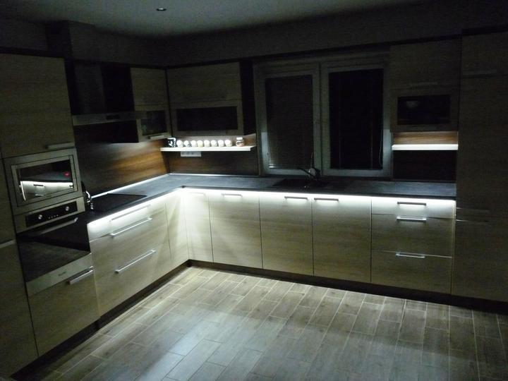 Kuchyňské linky....realizace - Se zhasnutým osvětlením
