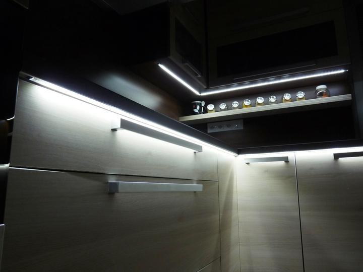 Kuchyňské linky....realizace - Zafrézované LED pásy v AL liště
