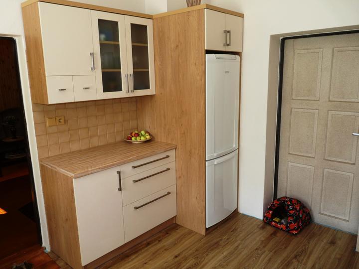 Kuchyňské linky....realizace - Dekor dub winchester korpusy,jasmín dvířka.Varianta zapasování volně stojící lednice.