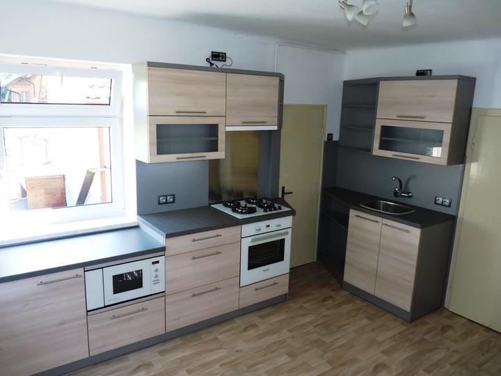Kuchyňské linky....realizace - Linka vyrobena na míru do atypického prostoru staršího domu.